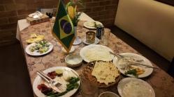 Jantar que tivemos em Shiraz. Em alguns restaurantes iranianos há essa tradição de se colocar bandeirinhas do país dos clientes
