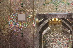 Várias mesquitas iranianas tinham esse mosaicos feitos de pedaços de vidro. A guia nos contou que é porque antigamente o Irã não produzia espelhos e, portanto, comprava placas de vidro da Europa. Porém, como a distância era longa, geralmente eles quebravam e se estilhaçavam no caminho. Como era um produto caro, eles davam um jeito de reaproveitar. Daí surgiu o costume de fazer mosaicos de vidro até hoje. Na minha modesta opinião, ficam é bem mais bonitos que espelhos
